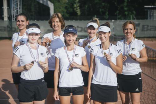 Női teniszcsapatunk tagjai az érmekkel és edzés (Fotók: Derencsényi István)